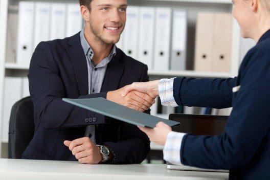 Wenn der psychologische Vertrag von Seiten des Arbeitgebers gebrochen wird, reagieren viele Mitarbeiter mit Rückzug. (Bild: © contrastwerkstatt - fotolia.com)