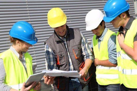Die Bühler-Servicetechniker stehen während des gesamten Lebenszyklus einer Anlage für Wartungsaufgaben zur Verfügung. (Bild: © Goodluz - shutterstock.com)