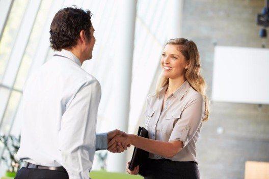 Aufstehen, Augenkontakt suchen und dann begrüssen, per Handschlag, Geste oder rein verbal. (Bild: © Monkey Business Images - shutterstock.com)