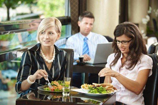 """Vor dem Essen wünscht man sich gegenseitig einen """"guten Appetit"""" (Bild: © StockLite - shutterstock.com)"""