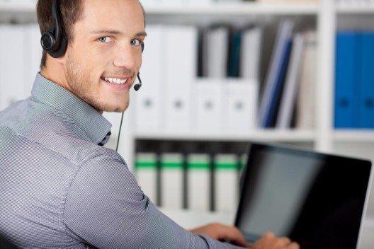 Wenn ein Kunde anruft und eine Beschwerde vorbringt, sollten Sie genau überlegen, was Sie ihm antworten. (Bild: © racorn - shutterstock.com)