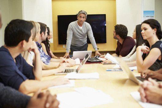 Ein neuer Cheftyp steht nur scheinbar auf Augenhöhe mit den Mitarbeitern; tatsächlich führt er mit starker Hand. (Bild:  © Monkey Business Images - shutterstock.com)