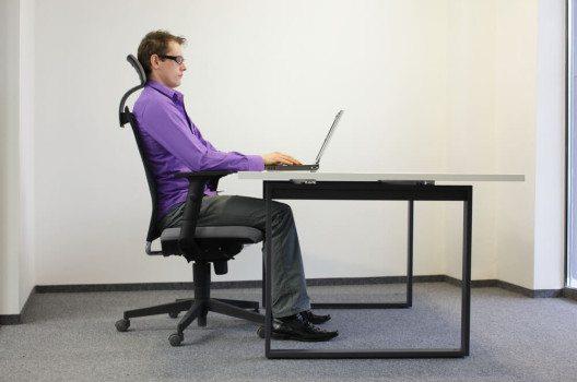 Ergonomisches Arbeiten fängt bei den richtigen Büromöbeln an. (BIld: © Marcin Balcerzak - shutterstock.com)