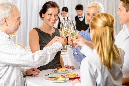 Ob eine Begleitung gewünscht ist, sollte vor der geschäftlichen Einladung geklärt werden. (Bild: © CandyBox Images - shutterstock.com)