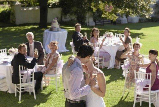 Ob bei Hochzeiten, öffentlichen Empfängen oder ähnlichen Veranstaltungen, oft legt der Gastgeber Wert auf eine bestimmte Etikette. (Bild: © bikeriderlondon - shutterstock.com)