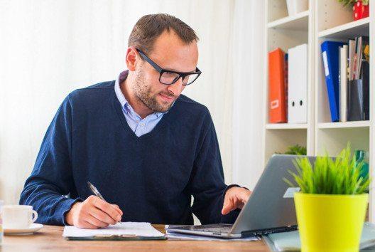 Die vertraute Umgebung im Home-Office bieten die nötige Lockerheit für kreatives Schreiben. (Bild: Jakub Zak – shutterstock.com)
