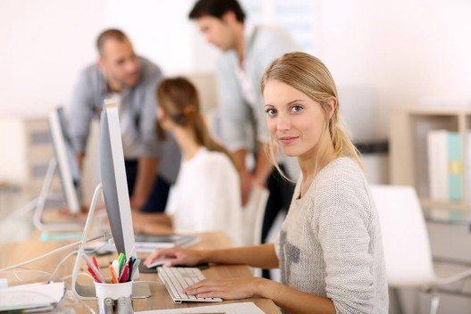 In der Praxis hat sich in vielen Unternehmen eine Arbeitskultur durchgesetzt, die Jugend als einen Wert an sich begreift. (Bild: © goodluz - fotolia.com)