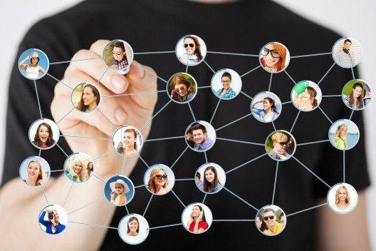 Auch Netzwerkarbeit ist ein Weg für die Kundenakquise. (Bild: © Syda Productions - shutterstock.com)