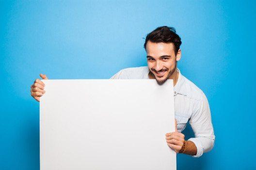 Mit Plakaten auf sich aufmerksam machen - Lionprint.ch. (Bild: © All kind of people - shutterstock.com)