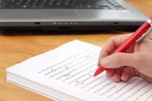 In Tweets & Co. sollte man auf korrekte Rechtschreibung und Grammatik achten. (Bild: © Pixsooz - shutterstock.com)