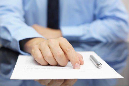 Arbeitspensum und Bruttolohn sind im Arbeitsvertrag geregelt. (Bild: © Bacho - shutterstock.com)