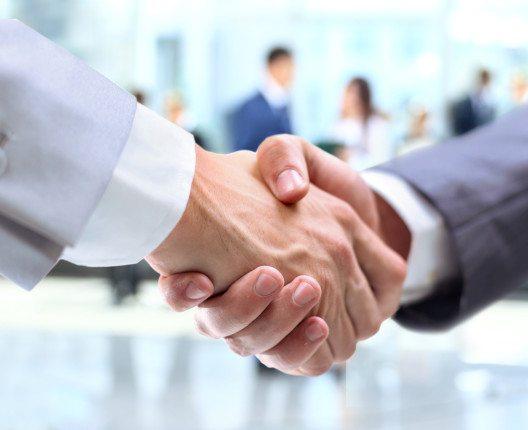 Es braucht vor allem motivierte Mitarbeiter, die den Gästen freundlich und herzlich begegnen. (Bild: © EDHAR - shutterstock.com)