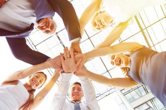 Jede Veranstaltung im Unternehmen braucht einen grossen Kreis von fleissigen Helfern (Bild: © Robert Kneschke - shutterstock.com)