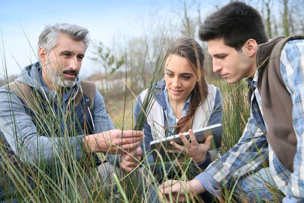 Der haptische Lerntyp muss Dinge anfassen. (Bild: © Goodluz - shutterstock.com)