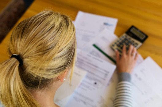 Einkommensschwächere Haushalte mit Schulden profitieren durch den Niedrigzins (Bild: © Lisa S. - shutterstock.com)