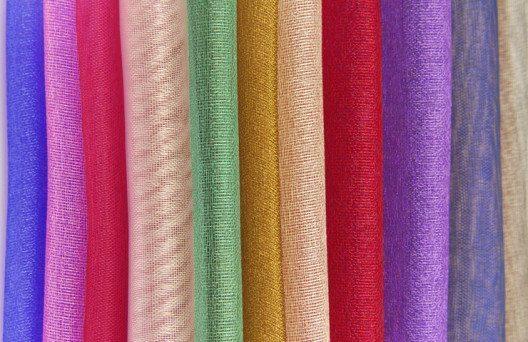 Vorhänge in allen Farben machen jede Wohnung wohnlich. (Bild: © severija - shutterstock.com)