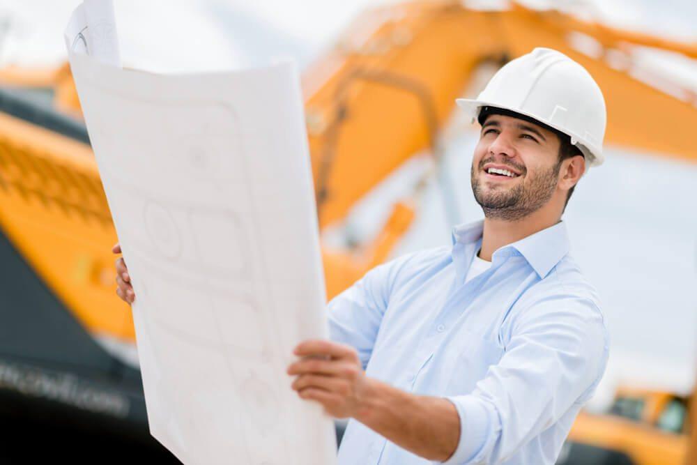 So stellt man sich Architekten häufig vor: mit einem erfolgsverwöhnten Lächeln beim Inspizieren der Baustelle. (Bild: © Andresr - shutterstock.com)
