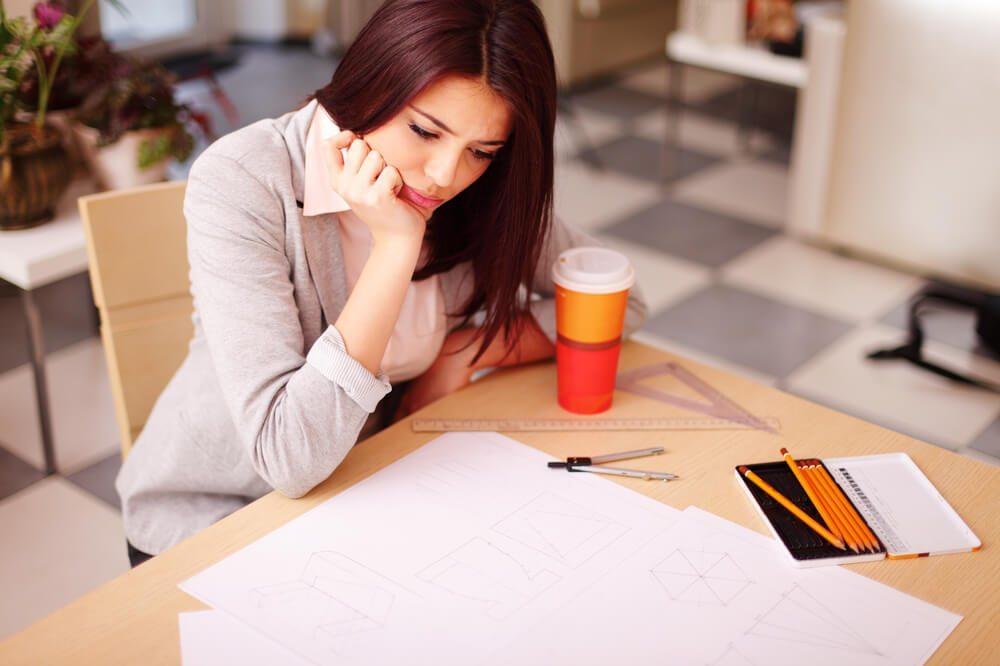 So sieht meist der Architektenalltag aus: lange Arbeitszeiten, hoher Termindruck, karges Einkommen. (© Dean Drobot - shutterstock.com)