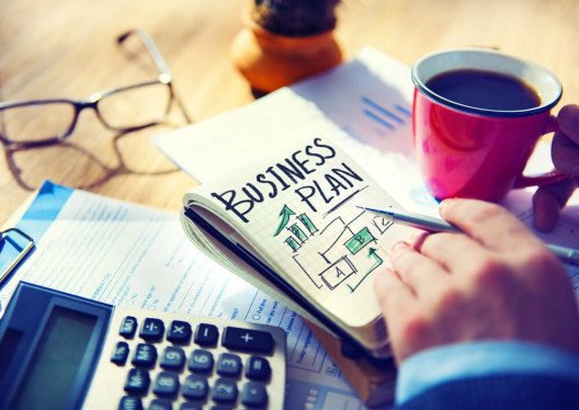 Sobald der Businessplan feststeht und die Finanzierung gesichert ist, startet die Fachkonzeption. (Bild: © Rawpixel - shutterstock.com)