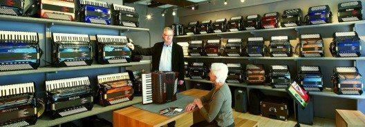 Im Geschäft von Hermann Baur kann jeder das passende Akkordeon kaufen. (Bild: © beltuna.ch)