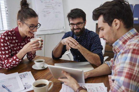 Es sind vorrangig direkte Kollegen, die das Engagement am Arbeitsplatz beeinflussen. (Bild: © gpointstudio - shutterstock.com)