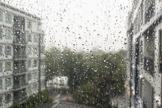 Es regnet und Ihr Kind muss zur Bushaltestelle. Was tun? (Bild: © Toa55 - shutterstock.com)