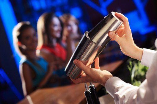 Gute Option für ein tolles Firmenfest: Bar mieten. (Bild: Stokkete – Shutterstock.com)