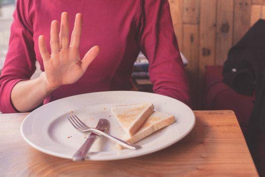 Jene Gäste, die eine Allergie haben, fragen bei den Servicefachleuten nach und erhalten eine fachkundige Auskunft. (Bild: © LoloStock - shutterstock.com)