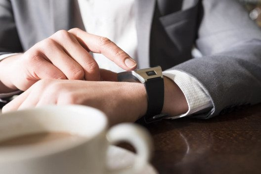 Tragbare Geräte wie Smartwatches halten verstärkt Einzug in Unternehmen. (Bild: © LDprod - shutterstock.com)