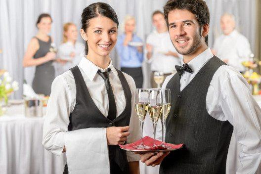 Mit dem passenden Catering-Service schaffen Sie eine einladenden Atmosphäre. (Bild: © CandyBox Images - shutterstock.com)