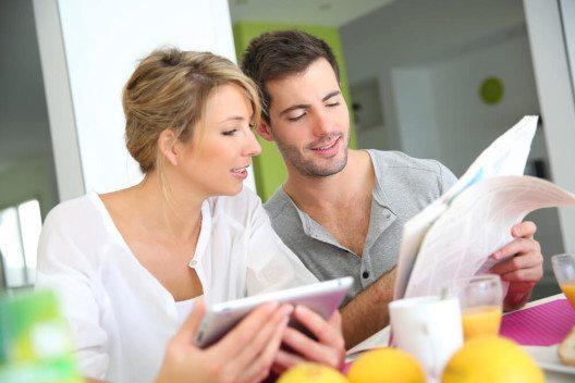 Je nach Zielsetzung unterscheidet man Headlines der klassischen Werbung und Dialogmarketing-Headlines. (Bild: © Goodluz - shutterstock.com)