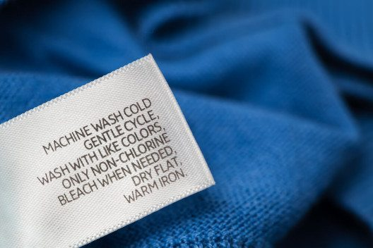 Um die Ausbildung zum Textilpfleger in der Schweiz erfolgreich zu bestehen, ist ein grosses Interesse an Stoffen und Textilien unverzichtbar. (Bild: © Olha K - shutterstock.com)