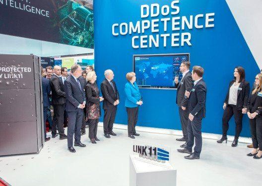 Die beiden Geschäftsführer von Link11, Jens-Philipp Jung und Karsten Desler, geben Frau Merkel und Herrn Schneider-Ammann in Echtzeit Einblick in die Bedrohung der Wirtschaft und des Staates durch DDoS-Attacken. (Bild: © Link11 GmbH)