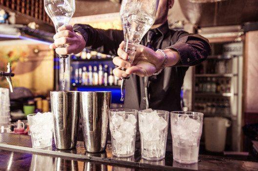 Sämtliche Arbeiten an der Bar können an professionelle Servicekräfte abgegeben werden. (Bild: oneinchpunch – Shutterstock.com)