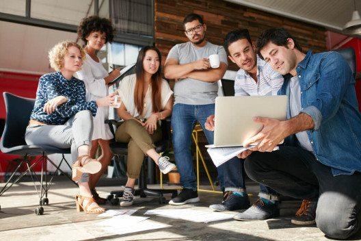 Start-Up Teams freuen sich über die Möglichkeiten des Swiss Startup Summit. (Bild: © Jacob Lund – Shutterstock.com)