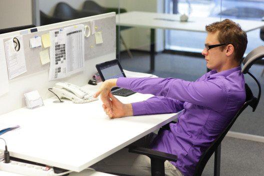 Es gibt Büromöbel, die sich der Körperform anpassen. (Bild: Marcin Balcerzak – Shutterstock.com)