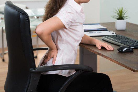 Schlechte Bürostühle verursachen häufig Rückenbeschwerden. (Bild: © Andrey_Popov – Shutterstock.com)