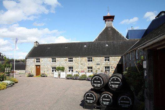 Eingang zur Glenfiddich-Destillerie (Bild: Avarim, Wikimedia, CC)