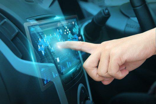 Smart Device in Auto (Bild: © My-Life-Graphic – Sutterstock.com)