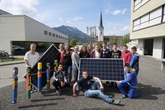 Schulklasse mit Solaranlage (Bild: © CKW)