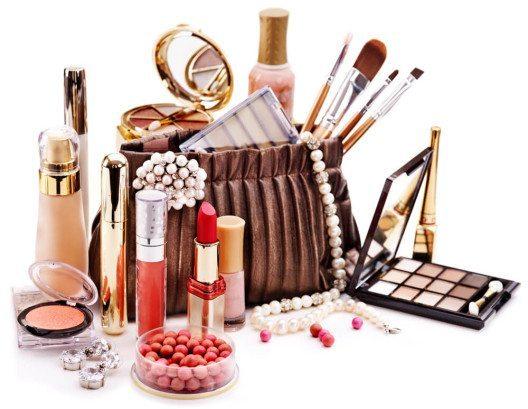 Verbreitetes Luxusprodukt für unterwegs: Kosmetik (Bild: © Shevelev-Vladimir – Shutterstock.com)