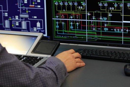 Maschine wird am Computer gesteuert. (Bild: © genkur – Shutterstock.com)