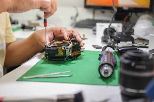 Digitale Bauteile in Maschinen nehmen zu. (Bild: © S_Class – Shutterstock.com)