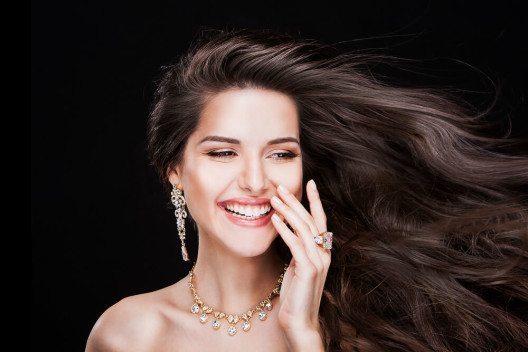 Schmuck ist beliebtes Luxusprodukt (Bild: © MILA-Zed – Shutterstock.com)