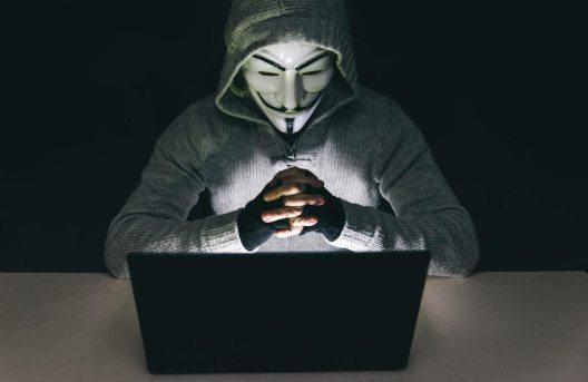 Wer stoppt Verbrechen im Internet? (Bild: © oneinchpunch – Shutterstock.com)