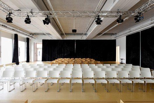 Die Aktionshalle ist ein multifunktionaler Raum für Veranstaltungen und Ausstellungen. Die Vorhänge wurden in einem Kooperationsprojekt von Studierenden der Hochschule Luzern – Design & Kunst und der Hochschule Luzern – Technik & Architektur gestaltet. Der Raum kann gemietet werden. (Bild: © Randy Tischler)