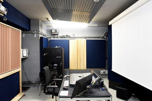 Für Animation und Video-Studierende gibt es zwei kleinere Film-Regien. Die Räume können als Labore von Studierenden zum Ausprobieren genutzt werden und dienen für Abschlussfilme als zusätzliche Arbeitsplätze. Die akustischen Holzpaneele wurden nach Plänen des Akustikers Thomas Wenger von WSDG Basel und unter Anleitung des Dozenten Thomas Gassmann von Studierenden gebaut. (Bild: © Randy Tischler)