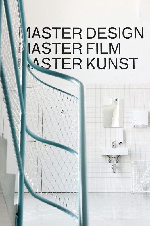 Aufstieg in das dritte Obergeschoss, wo sich die Studios und Ateliers der drei Masterstudiengänge befinden. Die Signaletik für den Bau 745 gestaltete Velvet Creative Office, Luzern. (Bild: © Randy Tischler)