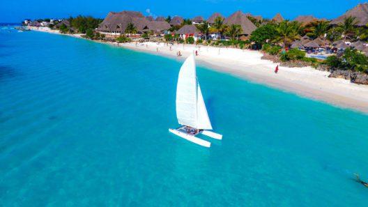 Traumhafter Arbeitsort Sansibar: Eine Reise nach Sansibar kann unter anderem durch Work & Travel-Programme finanziert werden. (Bild: margo1778 – shutterstock.com)