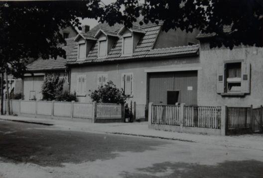 1947 gründete Theodor Geggus, im Keller seines Elternhauses in der Burgstraße 12 in Weingarten den Kleinbetrieb.